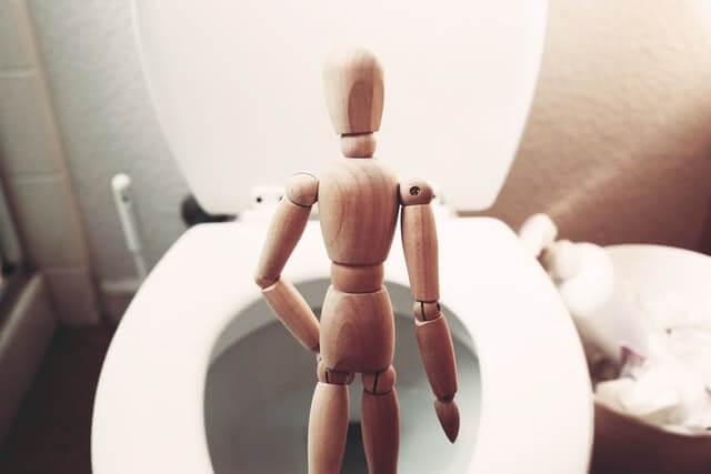 mannequin devant wc
