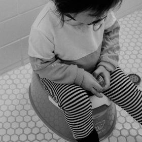 bébé sur pot